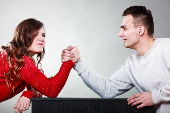 Couple arm wrestling © Voyagerix | stock.adobe.com